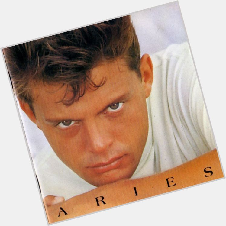 Luis Miguel full body 11.jpg