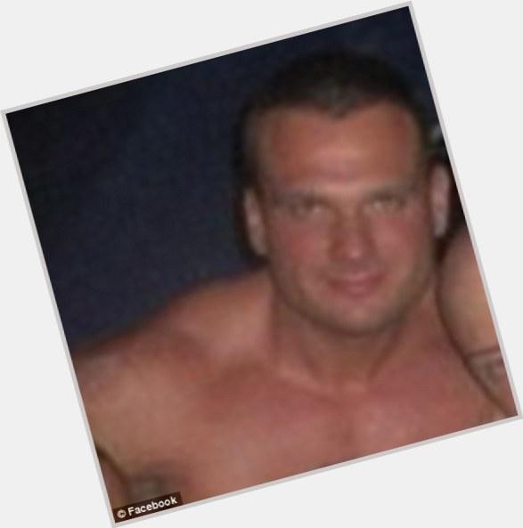 un hombre chupando un pene