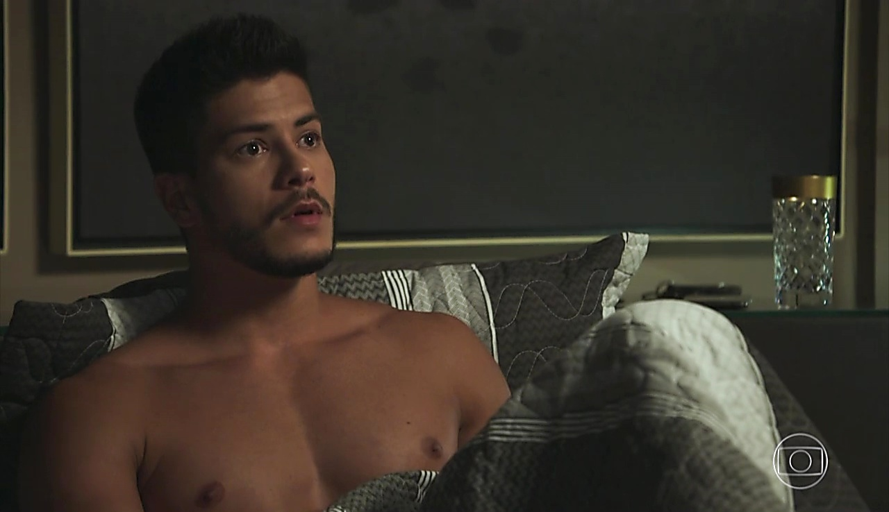 Arthur Aguiar latest sexy shirtless scene January 11, 2018, 1pm