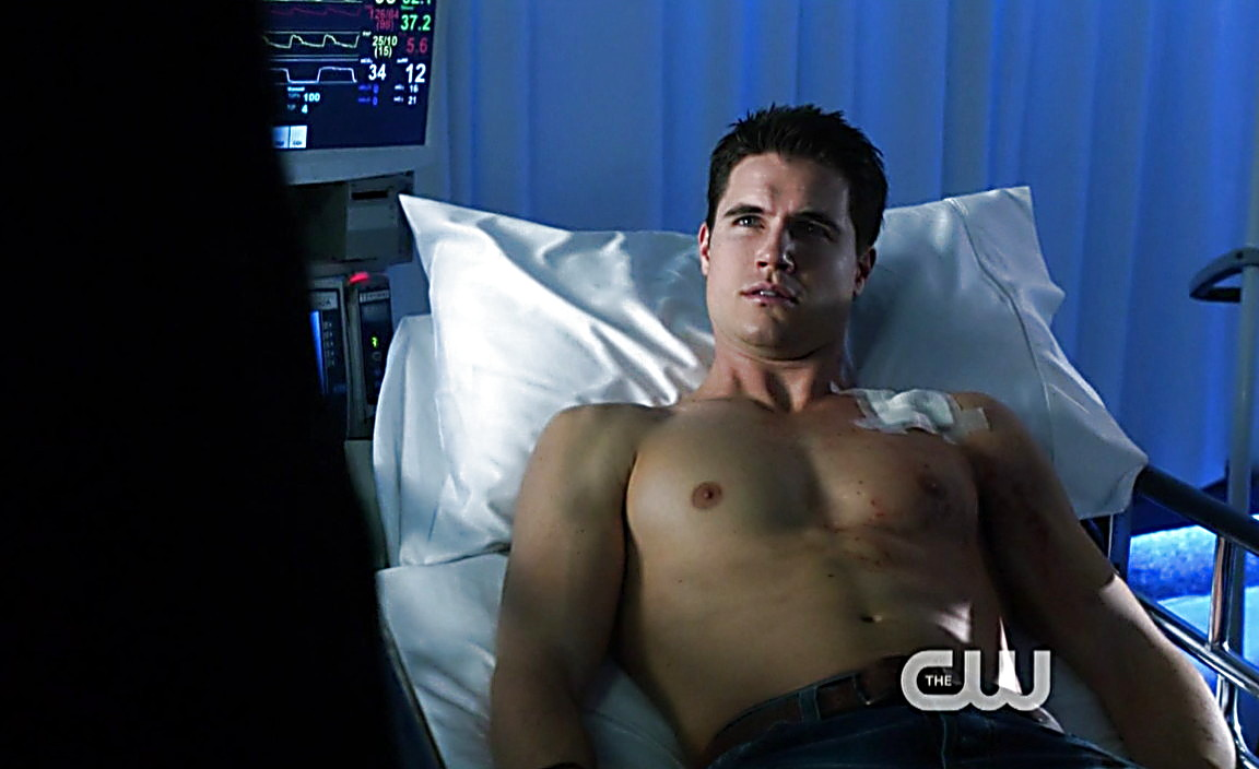Robbie Amell sexy shirtless scene January 19, 2014, 9am