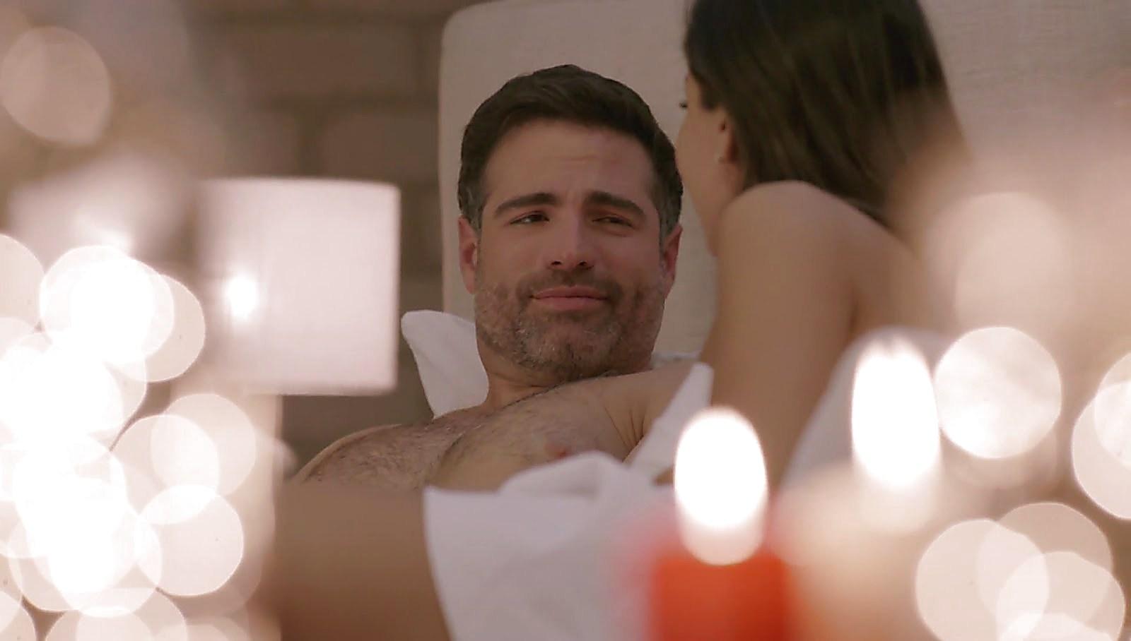 Roberto Manrique latest sexy shirtless scene July 20, 2018, 11am