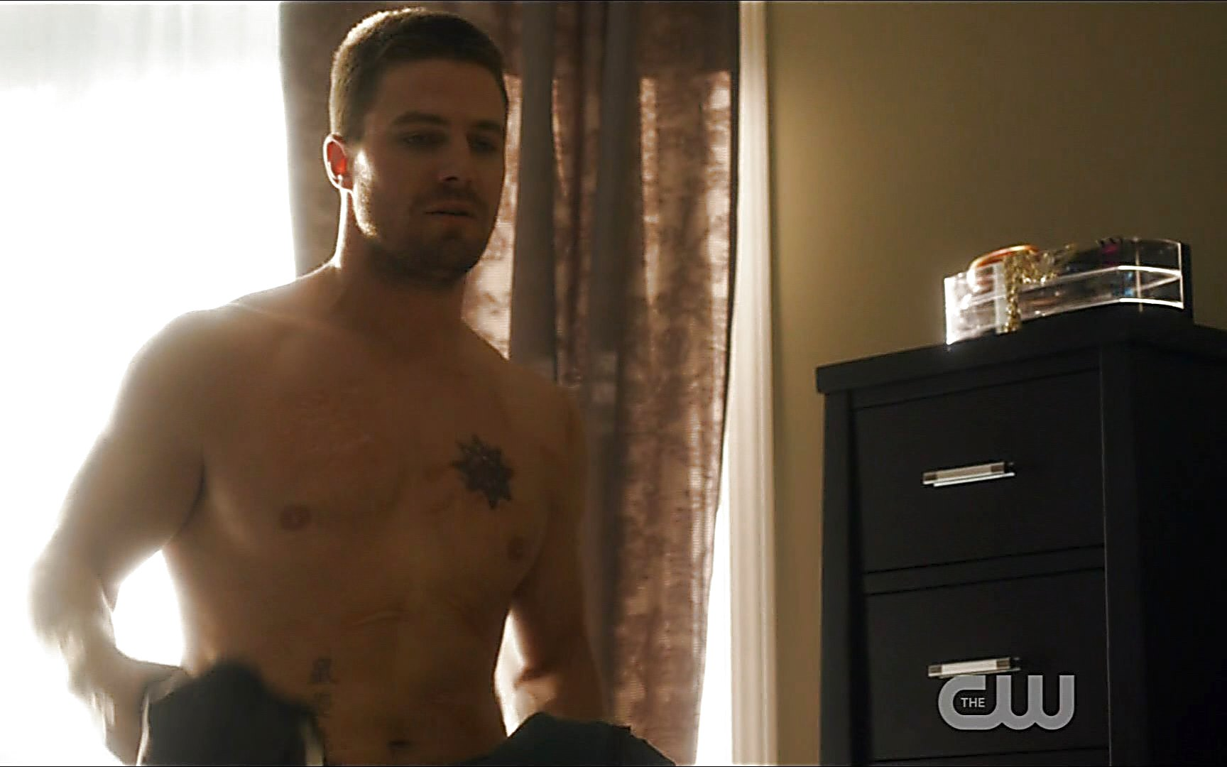 Stephen Amell sexy shirtless scene October 17, 2015, 8pm
