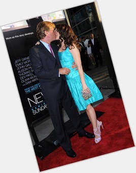 "<a href=""/hot-men/aaron-sorkin/is-he-liberal-republican-sexist-dating-kristin-davis"">Aaron Sorkin</a> Average body,  light brown hair & hairstyles"