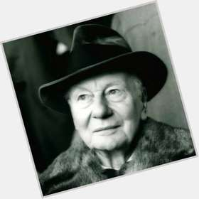 "<a href=""/hot-men/john-gielgud/is-he-alive-still-where-buried"">John Gielgud</a> Average body,  grey hair & hairstyles"