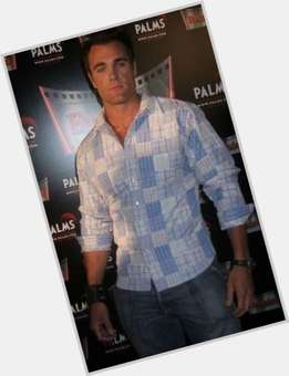 "<a href=""/hot-men/justin-lopez/is-he-tall"">Justin Lopez</a> Average body,  light brown hair & hairstyles"