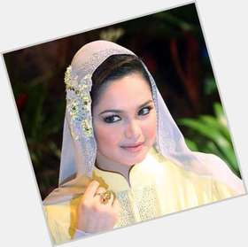 Siti Nurhaliza dark brown hair & hairstyles Voluptuous body,