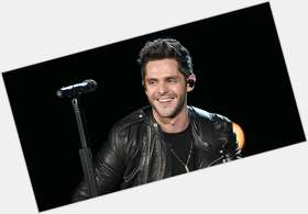 "<a href=""/hot-men/thomas-rhett/is-he-married-related-chet-atkins-country-deaf"">Thomas Rhett</a> Average body,  dark brown hair & hairstyles"