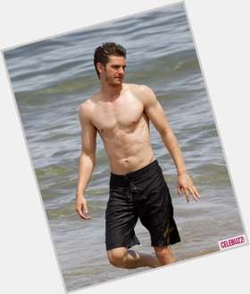 "<a href=""/hot-men/andrew-garfield/is-he-dating-emma-stone-bi-british-hot"">Andrew Garfield</a> Slim body,  dark brown hair & hairstyles"
