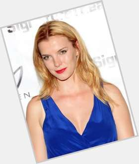 "<a href=""/hot-women/betty-gilpin/is-she-related-peri"">Betty Gilpin</a> Slim body,  light brown hair & hairstyles"