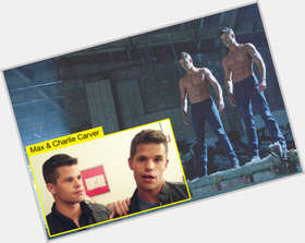 "<a href=""/hot-men/charlie-carver/is-he-straight-single-dating-related-matt-damon"">Charlie Carver</a> Athletic body,  light brown hair & hairstyles"