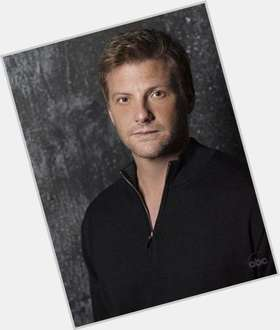 "<a href=""/hot-men/doug-savant/is-he-homosexual-leaving-desperate-housewives-still-married"">Doug Savant</a> Athletic body,  light brown hair & hairstyles"