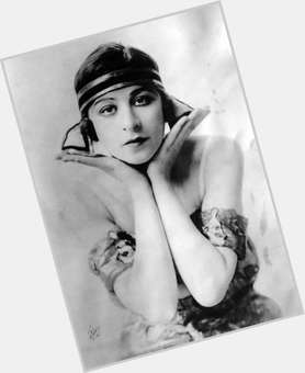 "<a href=""/hot-women/fanny-brice/is-she-real-person-brices-daughter-where-buried"">Fanny Brice</a> Slim body,  dark brown hair & hairstyles"