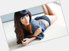 "<a href=""/hot-women/hannah-simone/is-she-pregnant-indian-single-leaving-new-girl"">Hannah Simone</a> Slim body,  dark brown hair & hairstyles"