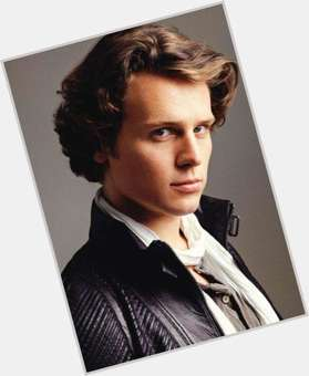 "<a href=""/hot-men/jonathan-groff/is-he-gay-straight-dating-zachary-quinto-coming"">Jonathan Groff</a> Slim body,  light brown hair & hairstyles"