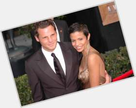 "<a href=""/hot-men/justin-chambers/is-he-married-wife-black-leaving-greys-christian"">Justin Chambers</a> Average body,  light brown hair & hairstyles"