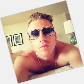 "<a href=""/hot-men/macklemore/is-he-gay-yahoo-married-christian-sober-religious"">Macklemore</a> Slim body,  blonde hair & hairstyles"