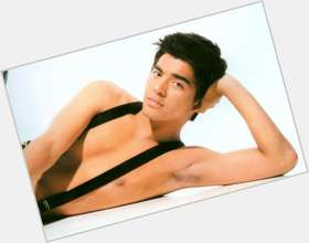 "<a href=""/hot-men/mark-herras/is-he-where-now-dating"">Mark Herras</a> Average body,  black hair & hairstyles"