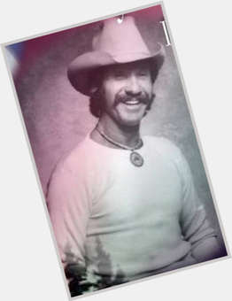 "<a href=""/hot-men/marty-robbins/is-he-still-alive-mexican-hispanic-wife-native"">Marty Robbins</a> Average body,  dark brown hair & hairstyles"