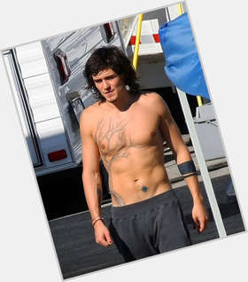 "<a href=""/hot-men/orlando-bloom/is-he-married-british-hobbit-hispanic-new-movie"">Orlando Bloom</a> Slim body,  dark brown hair & hairstyles"