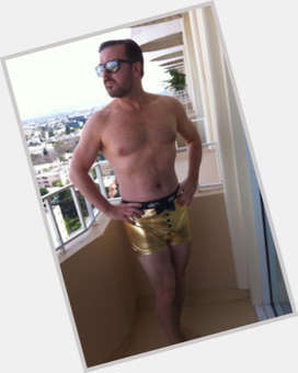 "<a href=""/hot-men/ricky-gervais/is-he-married-atheist-vegan-jesus-homosexual-vegetarian"">Ricky Gervais</a> Average body,  light brown hair & hairstyles"