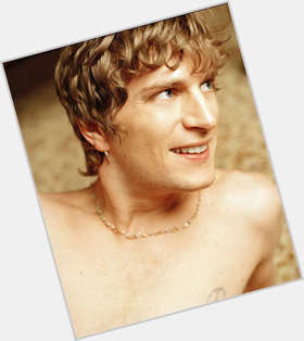 "<a href=""/hot-men/rob-thomas/is-he-christian-married-nice-guy-still-matchbox"">Rob Thomas</a> Average body,  light brown hair & hairstyles"