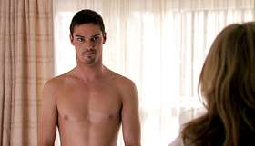Jay Ryan Mostra Il Sedere