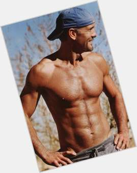 "<a href=""/hot-men/tim-mcgraw/is-he-bald-married-seeing-taylor-swift-sick"">Tim Mcgraw</a> Average body,  dark brown hair & hairstyles"