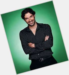 "<a href=""/hot-men/tom-ellis/is-he-downton-abbey-related-robin-divorce-poirot"">Tom Ellis</a> Slim body,  dark brown hair & hairstyles"